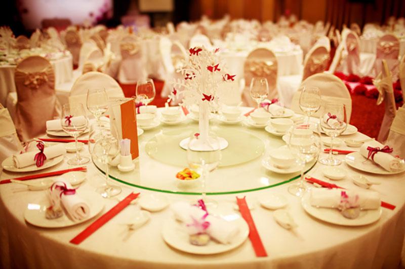 Lựa chọn bàn tròn nhà hàng tiệc cưới như thế nào là chất lượng?