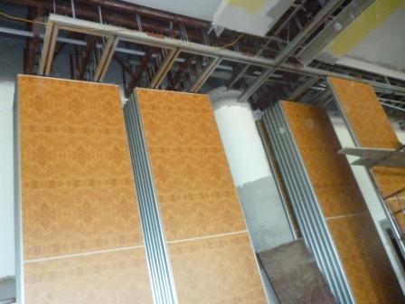Hệ ray nhôm treo trên trần bê tông giữ vách